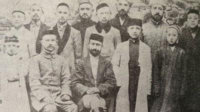 Türkiyelik türk oqutquchi ehmed kamal (aldinqi ret otturidiki burutluq kishi) atushta tesis qilghan