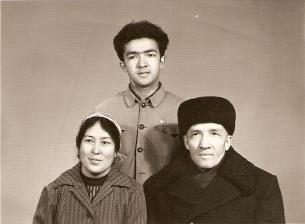 Küresh kösenning öydikiler bilen bille chüshken süriti, 1982-Yil