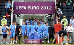 Cầu thủ đội tuyển bóng đá quốc gia của Pháp bắt đầu buổi tập luyện vào ngày 9 tháng 6 năm 2012 tại sân vận động Arena Donbass. AFP photo.