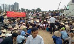 Người dân Văn Giang biểu tình phản đối trưng thu đất. Photo courtesy of nguyenxuandien's blog