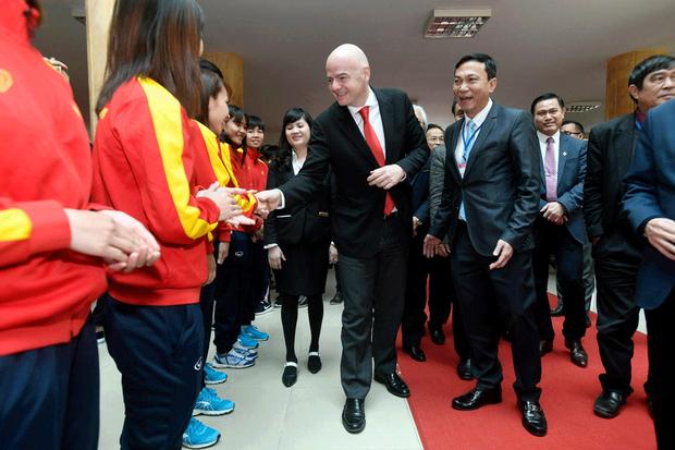Chủ tịch FIFA bắt tay các thành viên đội tuyển bóng đá nữ Việt Nam