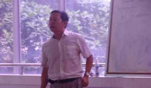 Giáo sư Phạm Minh Hoàng lúc giảng dạy cho sinh viên trước đây. Photo courtesy of TTXVA.