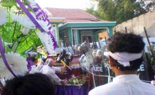 Công an, cảnh sát cơ động được huy động đến ngăn cản tang lễ cụ bà Hồ Nhu ở Cồn Dầu, Đà Nẵng hôm 4-5-2010.