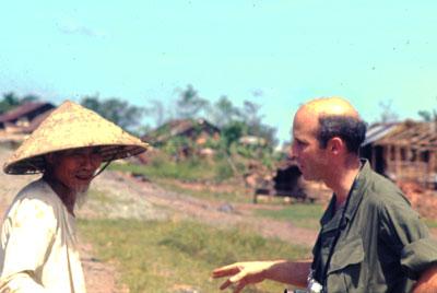 Phóng viên Arnold Issacs chụp với một dân làng Việt Nam tháng 11/1972
