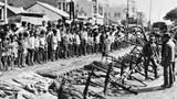 Bộ đội Bắc Việt với số vũ khí chiếm được từ quân lực VNCH hôm 13/4/1975 tại Biên Hòa.