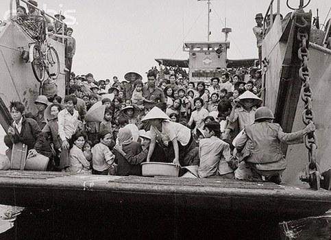Một tàu đổ bộ của Hải quân Việt Nam chất đầy người tị nạn từ Huế, ghé Đà Nẵng hôm 24/3/1975.