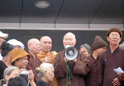Hoà thượng Quảng Độ uỷ lạo và tiếp tế thực phẩm thuốc men cho Dân oan trước văn phòng Quốc hội II ở TP.HCM.