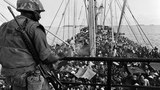 Người tị nạn Việt Nam tràn ngập một chiếc tàu hải quân Mỹ ngoài khơi bờ biển của Việt Nam hôm 5/5/1975