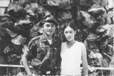 Tác giả Minh Hòa chụp cùng chồng năm 1971 tại Dalat.