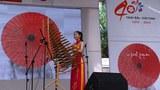 Nghệ sĩ Nhật Bản Oguri Kumiko biểu diễn nhạc cụ truyền thống Việt Nam, đàn T'rung trong Lễ hội Nhật Bản tổ chức tại thành phố Hồ Chí Minh ngày 17 tháng 11 năm 2013.