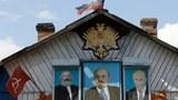 Chân dung của Karl Marx, Vladimir Lenin và Vladimir Putin trên mặt tiền một ngôi nhà riêng ở làng Severnaya Griva, quận Shatura, khu vực Moscow chụp hôm 5/8/2011.