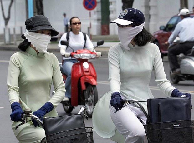 Hai nữ sinh trên đường phố Sài Gòn.