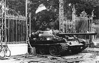 Xe tăng quân đội miền Bắc tiến vào dinh Ðộc Lập trưa ngày 30-4-1975. AFP PHOTO