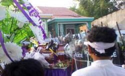 Công an, cảnh sát cơ động được huy động đến ngăn cản tang lễ cụ bà Hồ Nhu ở Cồn Dầu, Đà Nẵng hôm 4-5-2010. Hình do thính giả gửi RFA