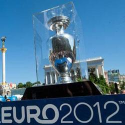 Chiếc cúp giải vô địch bóng đá châu Âu EURO 2012 được mang diễu hành ở Kiev hôm 11/5/2012. AFP photo.