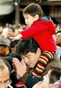 Cha và Con vào ngày lễ đầu năm tại Nhật. AFP PHOTO.