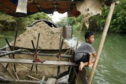 Một ghe chở cát khai thác ở Hội An, Việt Nam. Ảnh có tính minh họa. AFP photo.