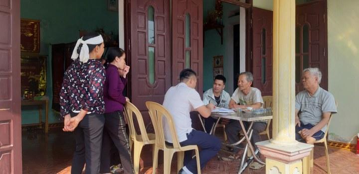 Đại diện gia đình nạn nhân D. trao đổi với PV.  Nguồn: Phạm Xuân Chinh/ nguoiduatin.vn