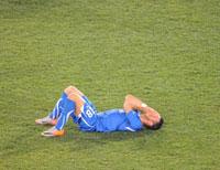 Cầu thủ Fabio Quagliarella của đội tuyển Ý nằm bật ngửa khóc giữa sân sau khi thua Slovakia 3-2. AFP