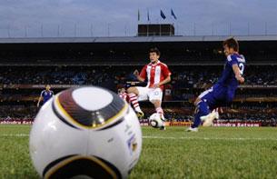 Ngôi sao sáng của đội tuyển Nhật Yuichi Komano (bên trái áo xanh) trong trân  đá với Paraguay. AFP