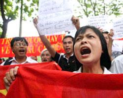 Người dân Hà Nội xuống đường biểu tình chống Trung Quốc hồi tháng 8 năm 2011. AFP PHOTO.