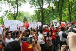 Người dân biểu tình ôn hòa chống Trung Quốc tại Hà Nội hôm 12/06/2011. Courtesy NguyenXuanDien.