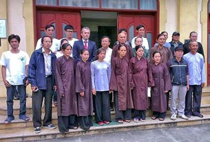 Tham tán Đại sứ quán Đức thăm bà con Phật giáo Hoà Hảo và những người đang đòi tự do cho chị Bùi Thị Minh Hằng tại nhà thờ Thái Hà sáng 19.3