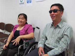 Hai cử nhân người khuyết tật Việt Nam chị Hùynh Ngọc Hồng Nhung (trái), phó chủ tịch Hội Người Khuyết tật Thành phố Cần Thơ, và anh Trần Đức Thiện(phải), giảng viên trường Đại Học Văn Lang,TPHCM.