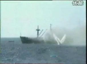 Tàu HQ-604 của Việt Nam bị TQ bắn đang chìm tại phía Tây Nam bãi Gạc Ma ngày 14 tháng 3 năm 1988. RFA Screen capture