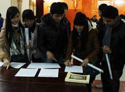 Sinh viên công giáo ở giáo phận Vinh, ký kiến nghị đòi hủy điều 4 hiến pháp 1992. Courtesy Nuvuongcongly.