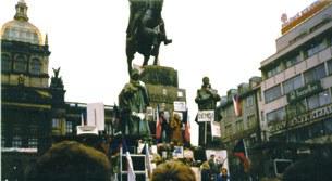 Người dân Praha biểu tình tại Quảng trường Wenceslas trong cuộc Cách mạng Nhung lụa 1989
