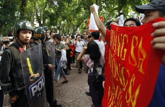 2011-06-12T120000Z_1789982043_GM1E76C136J01_RTRMADP_3_VIETNAM-CHINA.JPG