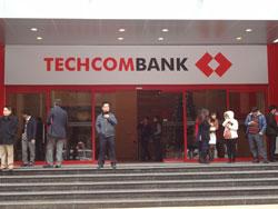 Bên ngoài một chi nhánh ngân hàng Techcombank ở Hà Nội trưa ngày 24/12/2012. RFA photo.