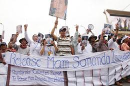 Người dân biểu tình đòi trả tự do cho ông Mam Sonando. Photos: Quốc Việt/RFA
