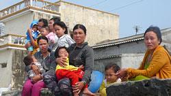 Vợ con của 21 ngư dân Lý Sơn bị Trung Quốc bắt giữ ngoài Hoàng Sa mỏi mắt trông chồng, cha. Ảnh: Văn Mịnh. Laodong.com