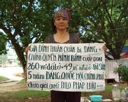 Dân oan Vũ Thị Thuận ở Ninh Bình trong một lần khiếu kiện. Photo courtesy of vietnamexodus.org