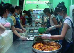 Các thiện nguyện viên đang sửa soạn bữa cơm tại Quán cơm 2.000 đồng. Nguồn: Người Tôi Cưu Mang.
