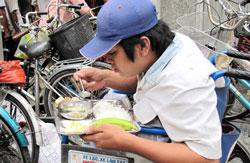 Những người khuyết tật được ưu tiên phục vụ cơm tận nơi bên lề đường. Nguồn: Người Tôi Cưu Mang.