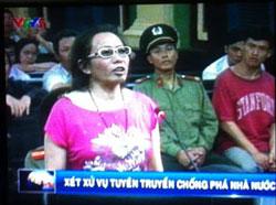 Blogger Tạ Phong Tần trong phiên sơ thẩm tại TAND TPHCM hôm 24/9/2012. Screen capture.