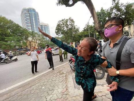 Hình minh hoạ. Bà Nguyễn Thị Loan, mẹ tử tù Hồ Duy Hải, bên ngoài phiên Giám đốc thẩm ở Hà Nội hôm 8/5/2020