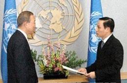 Ông Lê Hoài Trung, Đại sứ, Trưởng phái đoàn Đại diện thường trực Việt Nam tại Liên hợp quốc trình thư ủy nhiệm lên Tổng thư ký Ban Ki-Moon (vietnam +.vn)