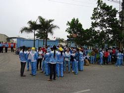 Từ chiều ngày 13/4/2011, công nhân nhà máy Marumitsu đình công tại cửa công ty thuộc Khu công nghiệp Quang Minh, huyện Mê Linh, ngoại thành Hà Nội. Photo courtesy of thongtinberlin.de.