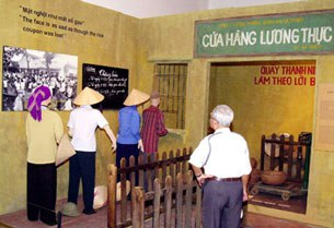 Tại cuộc triển lãm Thời bao cấp diễn ra ở Bảo tàng Dân tộc học VN năm 2006, một người đàn ông xem và hồi tưởng những ngày ông cũng phải xếp hàng đong gạo.