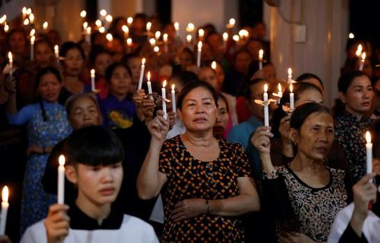 Hình minh hoạ. Người Công giáo làm lễ cho 39 nạn nhân chết trên đường vào Anh. Buổi lễ cầu nguyện ở giáo xứ Mỹ Khánh, Nghệ An hôm 26/10/2019
