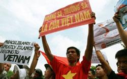 Người biểu tình giương cao các khẩu hiệu khẳng định chủ quyền của Việt Nam tại Biển Đông. Kami's blog.