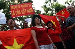 Nữ LS Nguyễn Thị Dương Hà (giữa), lần đầu tiên tham gia biểu tình chống Trung Quốc. Hình ABS/Kami's blog.