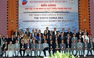 Các tham dự viên buổi Hội thảo khoa học quốc tế về Biển Đông lần thứ ba tại Hà Nội  chụp ảnh kỷ niệm. Source hoangsa.org