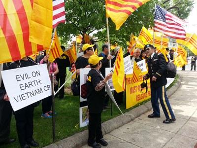 Trưa 30/4/2015 một cuộc biểu tình tưởng niệm 40 năm ngày Sài gòn sụp đổ do cộng đồng ngườii Việt vùng Maryland, Virginia, Whasington  tổ chức diễn ra trước tòa Đại sứ Việt Nam tại thủ đô Washington DC. RFA PHOTO.