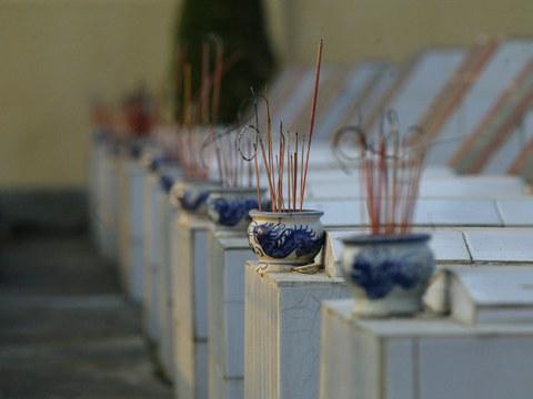 Khói hương trên các phần mộ tại nghĩa trang liệt sĩ tại thị xã Lạng Sơn, Việt Nam, gần biên giới với Trung Quốc.