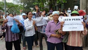 Hàng trăm người dân Hưng Yên tập trung biểu tình trước trụ sở Quốc Hội ở Hà Nội hôm 27-4-2011, phản đối chính quyền trưng thu đất đai đề xây dựng khu đô thị Ecopark. Ảnh minh họa. AFP PHOTO.